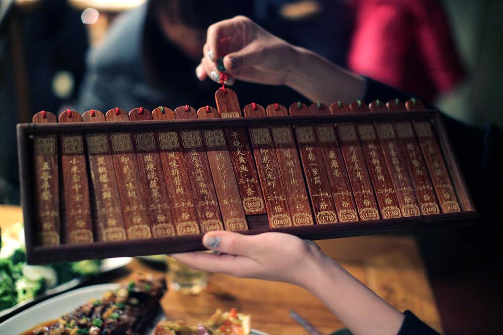 Selección tangible en un menú de restaurante