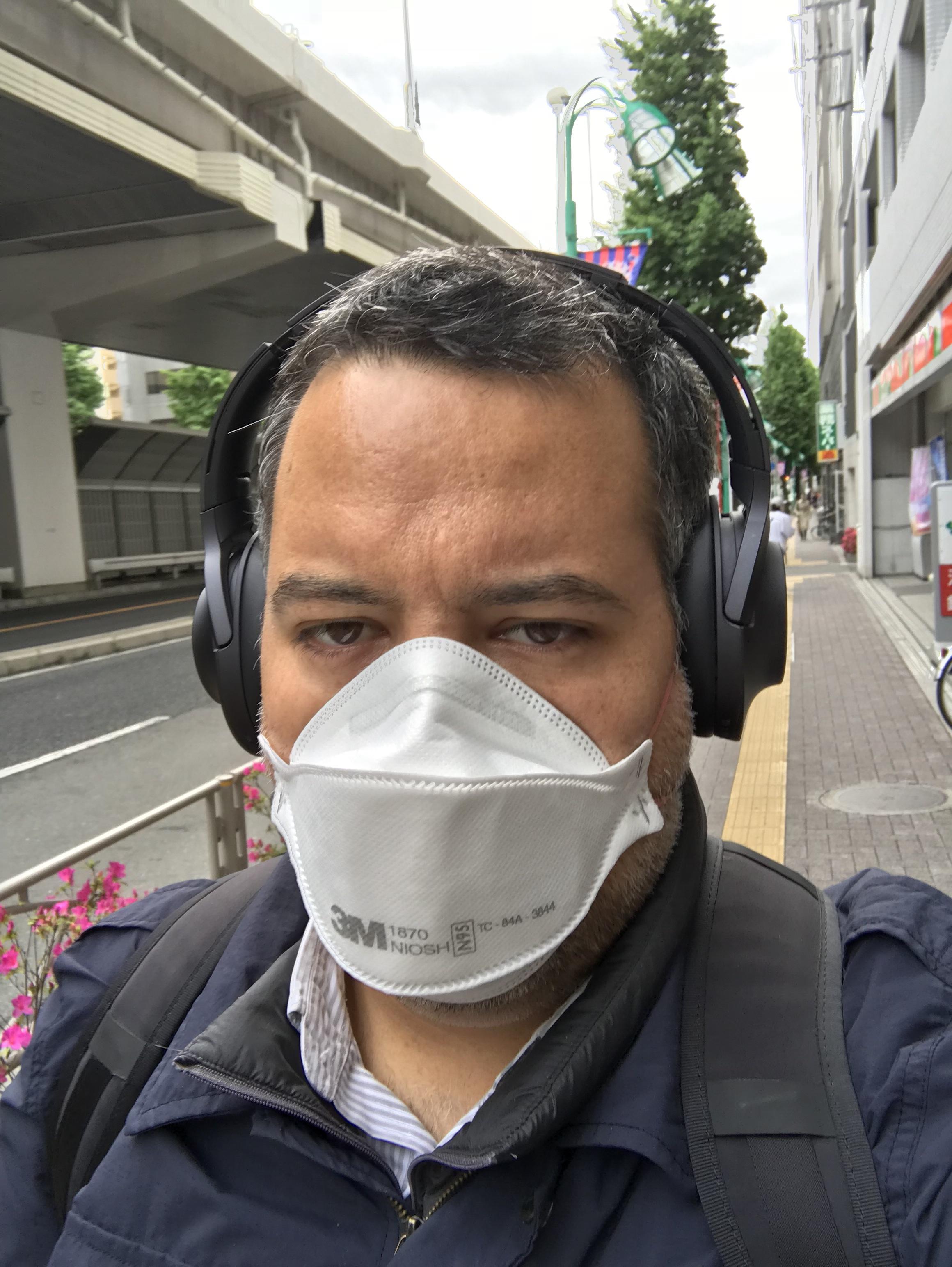 Tokyo, 2017. Testando el ajuste y nivel de resistencia del respirador al caminar.